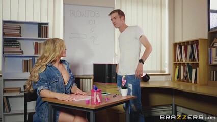 Порно зрелая красивая учительница не против отдаться молодому студенту