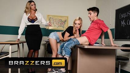 Преподавательница обучает студентов правилам хорошего секса